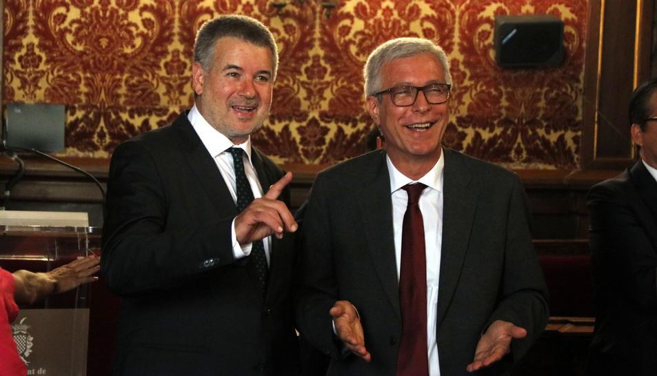 El nou alcalde de Tarragona, Pau Ricomà, parlant amb l'alcalde sortint, Josep Fèlix Ballesteros.