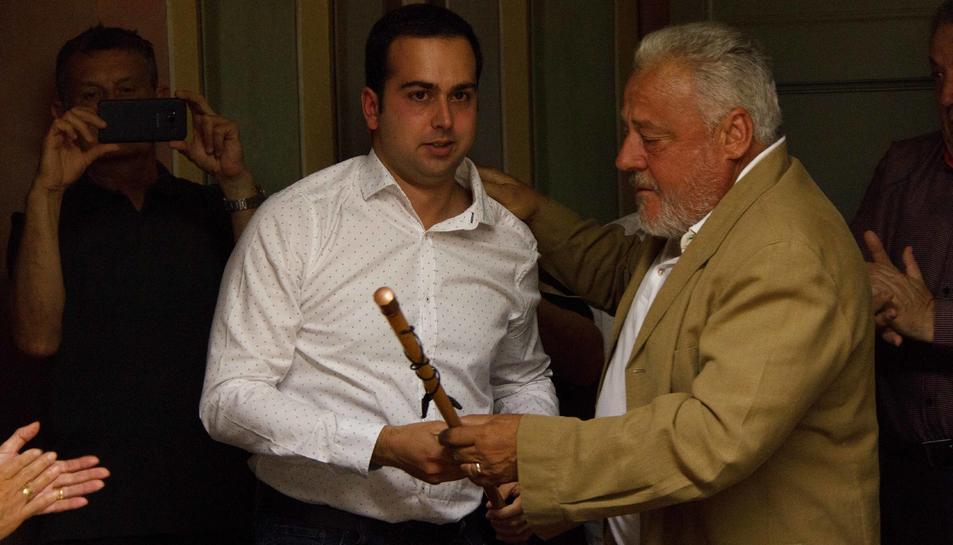 Pere Guinovart, batlle del municipi durant 27 anys, formalitza el traspàs amb el lliurament de la vara d'alcalde.