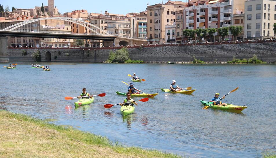 Imatge de l'arribada amb canoes a Tortosa dels participants de la dinovena edició de la Piraguada popular de la PDE.