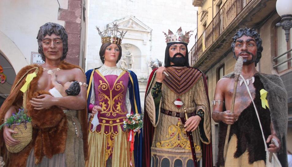 Els Gegants Neolítics de l'Espluga amb els Gegants de la ciutat de Valls.