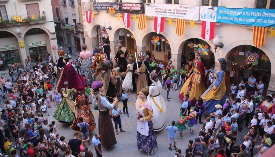 La ballada a la plaça del Pati de Valls, amb tots els gegants participants.