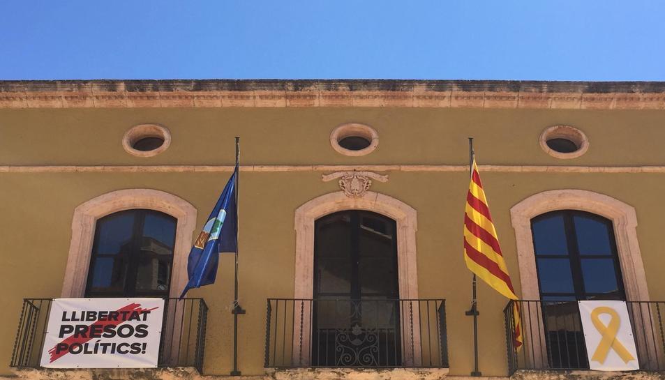 La bandera espanyola ja no oneja a la façana del consistori. Només ho fan la senyera i la d'Altafulla.