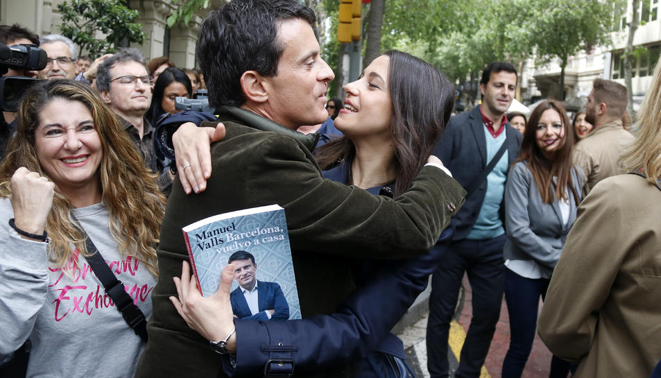 Inés Arrimadas sa'abraça amb Manuel Valls durant la diada de Sant Jordi, el 23 d'abril de 2019 .