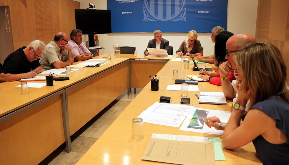Imatge de la reunió de la comissió de seguiment de la mosca negra a la delegació del Govern a les Terres de.