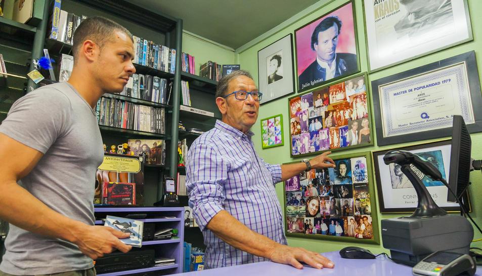 Paco Soler, amb el seu fill Àlex, mostra alguns dels autògrafs signats per figures de la cançó.