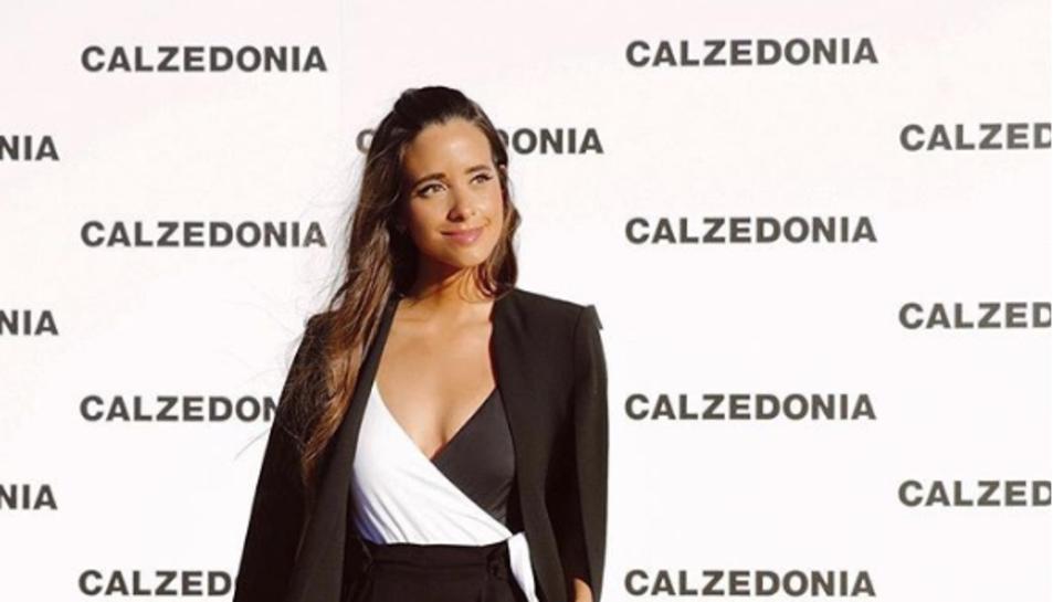 La influencer María Fernádez-Robins amb un look sofisticat que va fer servir un banyador.