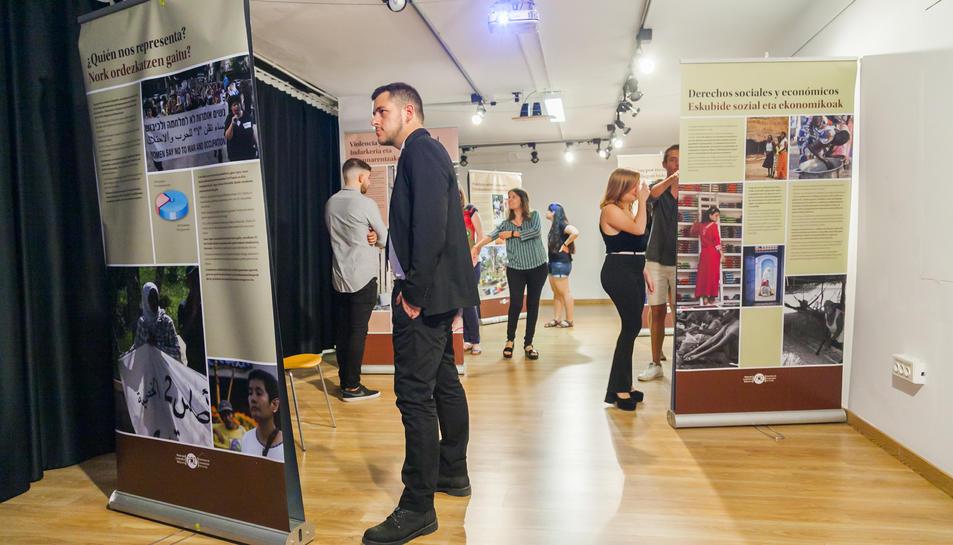 La mostra inclou un recull d'imatges, informació i gràfics, així com un documental.