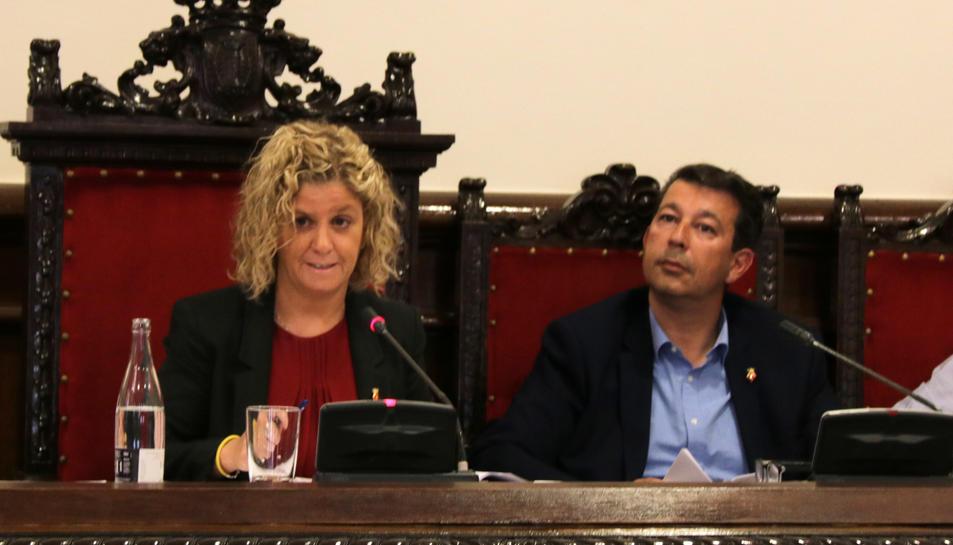 L'alcaldessa de Tortosa, Meritxell Roigé, i el primer tinent d'alcalde, Fernando Saporta, durant el ple d'aquest dimarts.