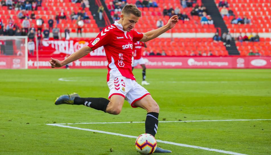 El defensor Salva Ferrer realitza una centrada per banda dreta durant un partit disputat al Nou Estadi.