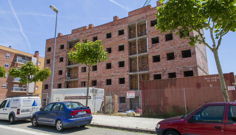 Aspecte actual de l'edifici de cinc plantes situat al carrer Mas dels Cups del barri de Sant Ramon.