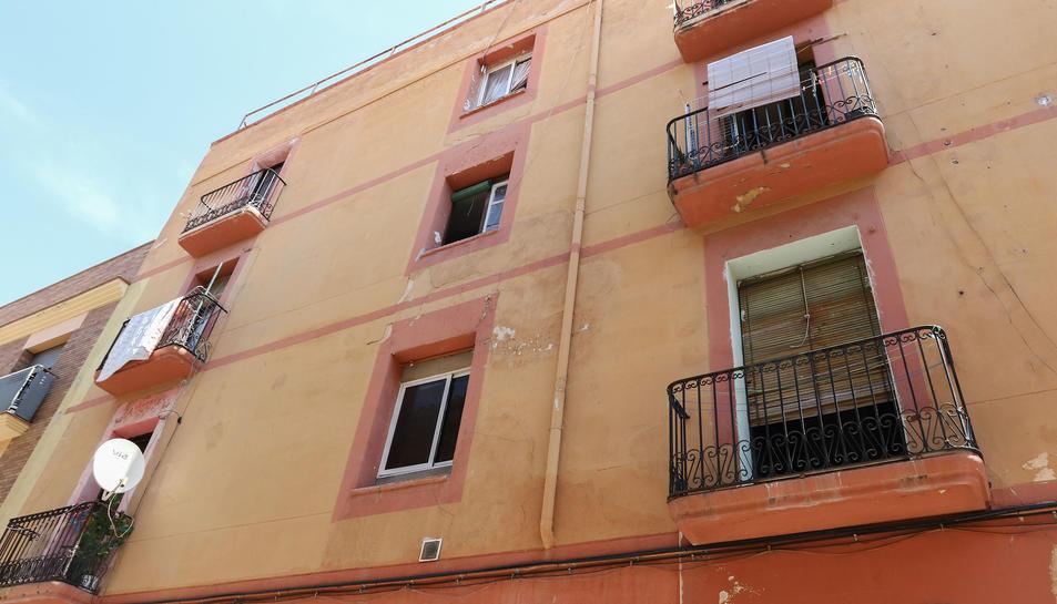 La façana del bloc del carrer Sant Magí que actualment està ocupat per persones sense llar.
