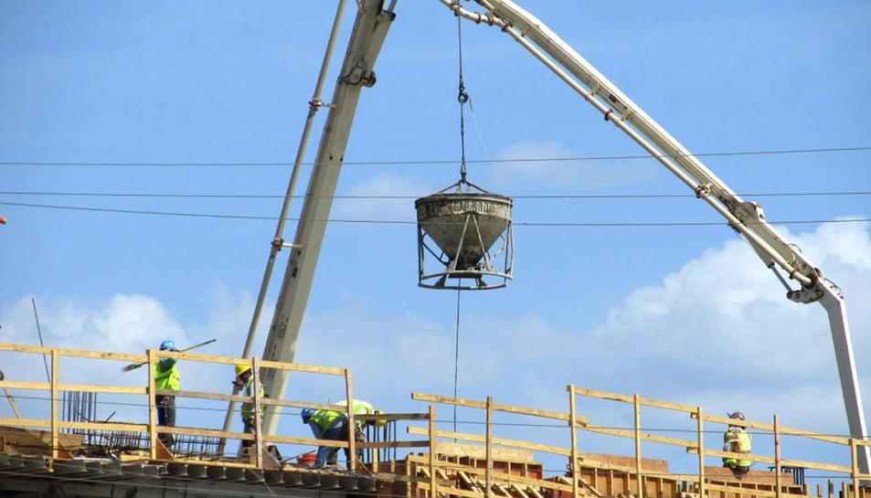 El decreixement de la construcció (-2,7%) i la indústria (-3,9%) van ser els principals motius.