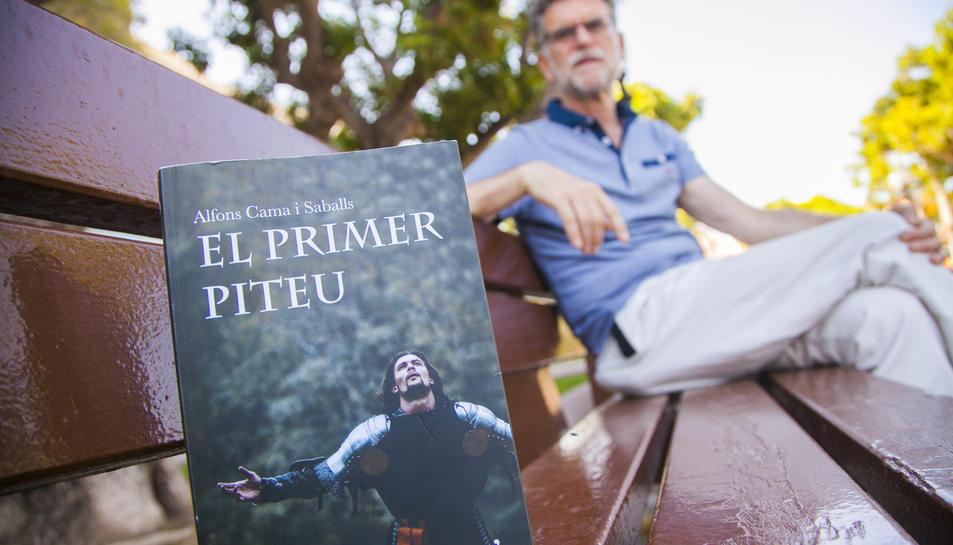 L'escriptor calongí, establert a Tarragona, amb el seu nou llibre.