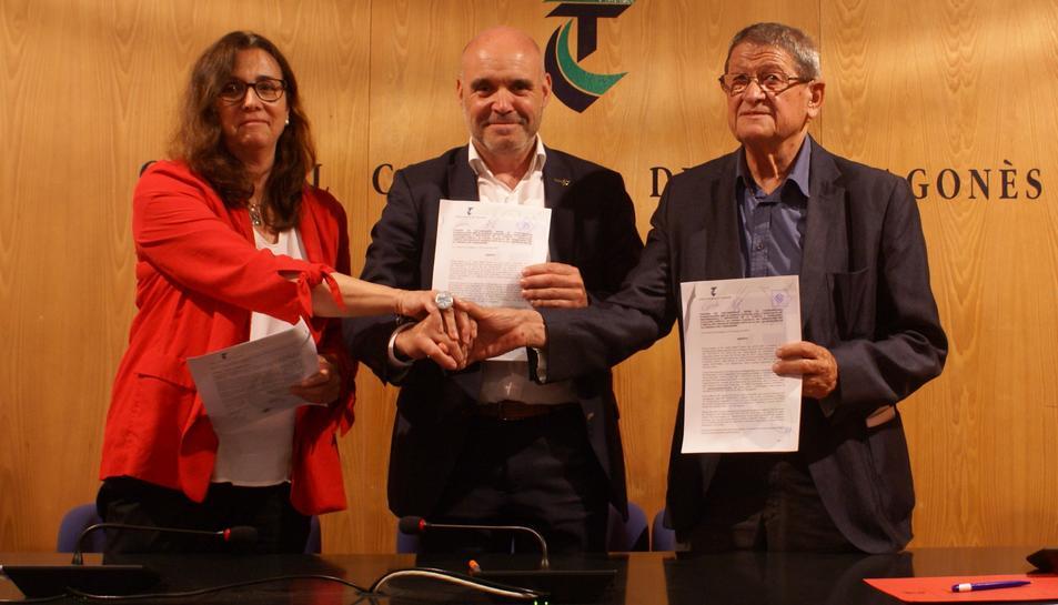 Representants del Consell, la CAL i l'APELLC després de firmar el conveni de col·laboració.