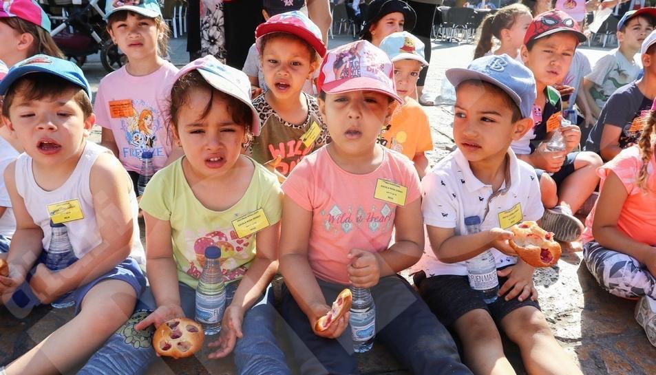 La fiesta de Corpus con escolares en la plaza del Mercadal de Reus