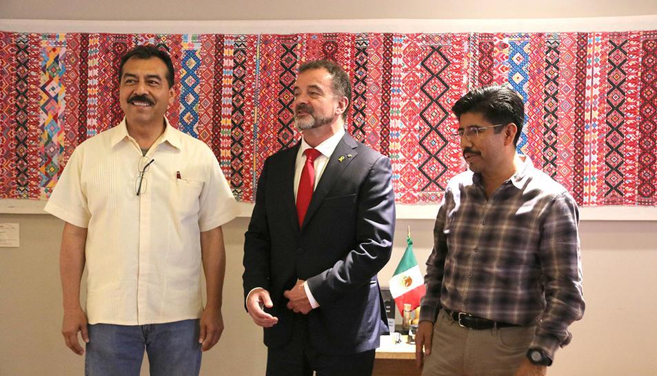 El conseller d'Acció Exterior, Alfred Bosch, dempeus al costat de Saúl Vicente Vázquez i amb Hugo Vilar Ortíz, membres de l'Institut Nacional de Pobles Indígenes de Mèxic