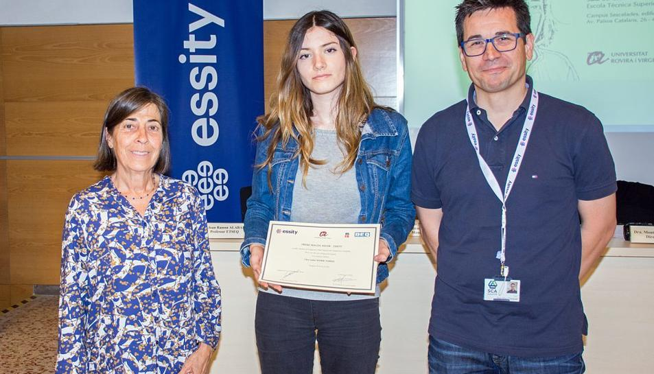 D'esquerra a dreta, la professora Magda Medir, l'estudiant Clara Weber, i el responsable de Millora Continua d'Essity Iberia, Pere Marc Franquet.