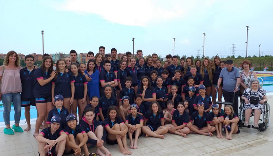 Foto de grup del Sr. Ramos amb la Secretaria de la Junta del Club i tots els nedadors participants.
