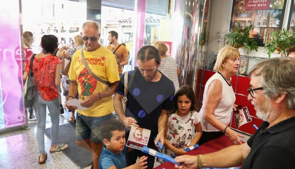 El Diari Més reparte abanicos de Sant Pere en Reus (II)