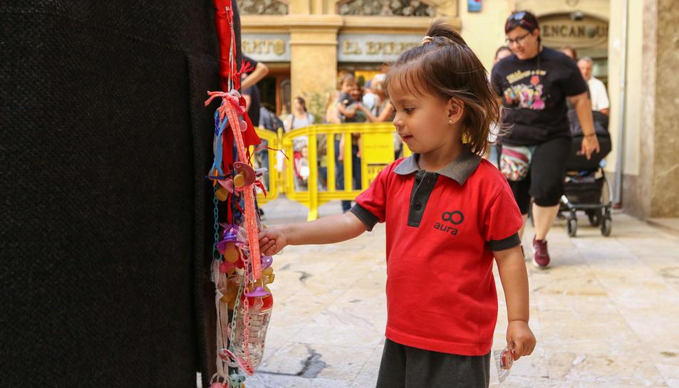 Els nens donen el xumet a la Mulassa