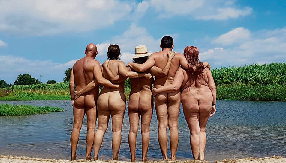 La pràctica del nudisme a les platges cada cop es veu més amenaçada, diuen des de l'entitat.