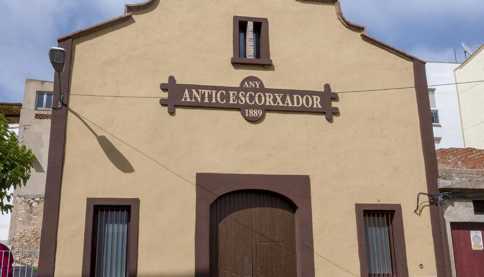 Imatge de l'antic escorxador de Constantí repintat.
