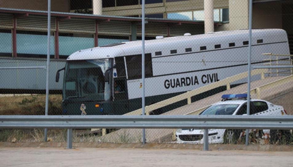 L'autocar que transporta Junqueras, Romeva, Sànchez, Cuixart, Forn, Rull i Turull surt de Soto del Real amb destinació al centre de Valdemoro aquest 24 de juny.