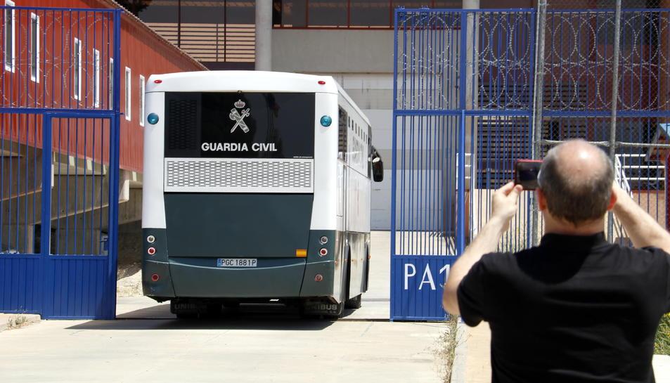 L'autocar amb els presos independentistes, entrant a la presó de Zuera.