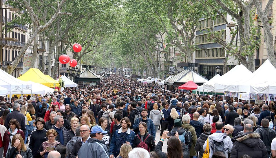 Imatge d'arxiu de la Rambla de Barcelona durant un Sant Jordi.