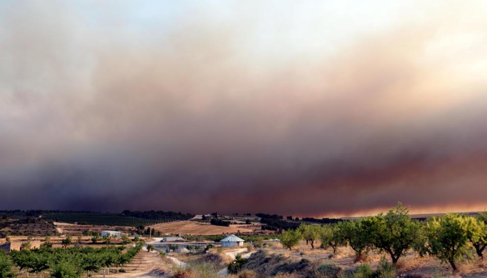 Imatges del fum que es pot veure des de Llardecans provinent de l'incendi que crema a la Ribera d'Ebre, el 26 de juny del 2019