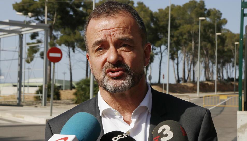 Primer pla del conseller d'Acció Exterior, Alfred Bosch, atenent els mitjans a les portes del centre penitenciari de Mas d'Enric el 26 de juny del 2019