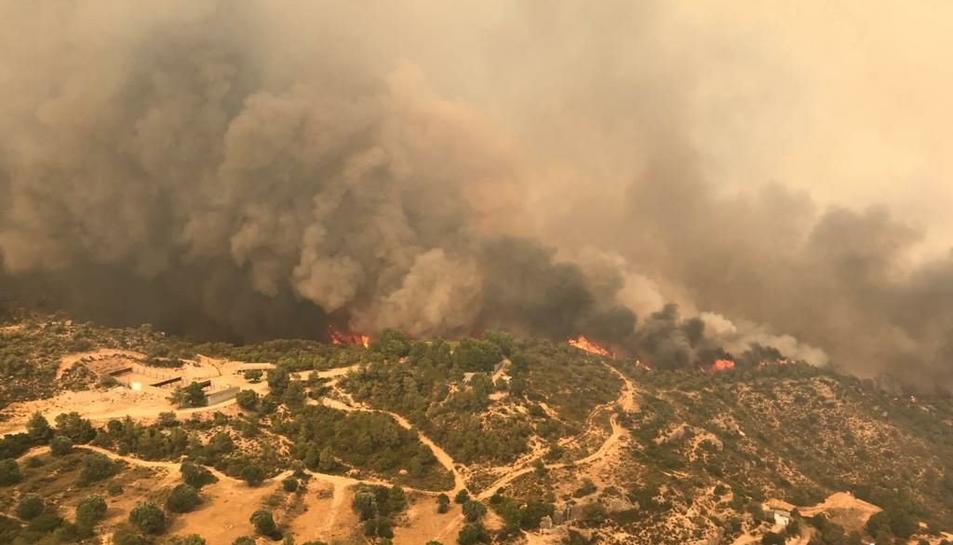Agents Rurals treballa amb la hipòtesi de l'autocombustió en un femer com a possible causa d l'incendi.