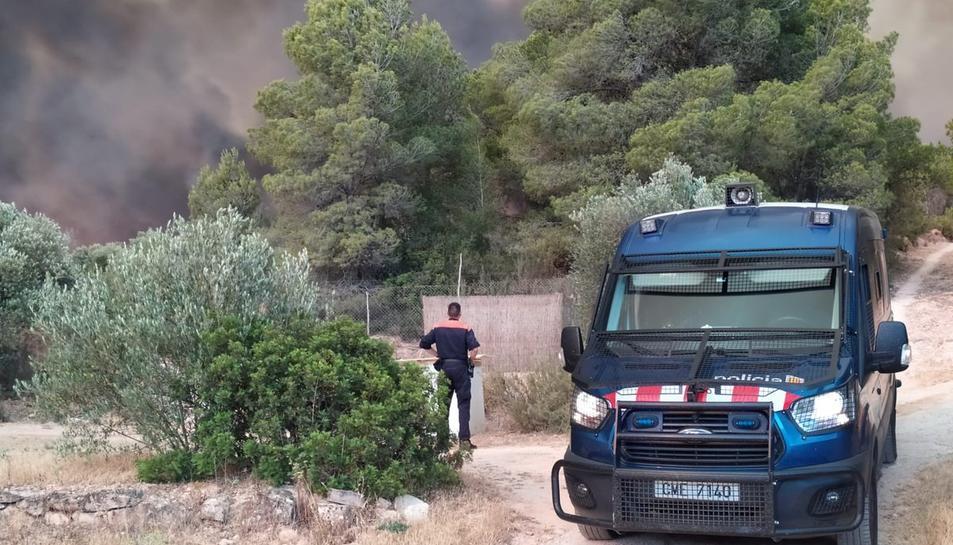 Els Mossos estan evacuant els masos propers a l'incendi.