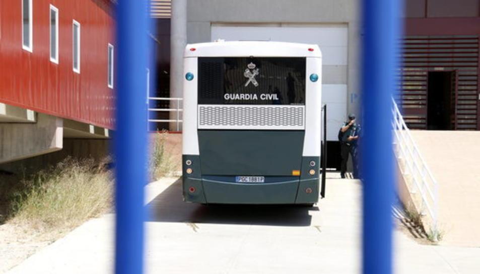 L'autocar amb els presos independentistes, entrant a la presó de Zuera, a Saragossa.