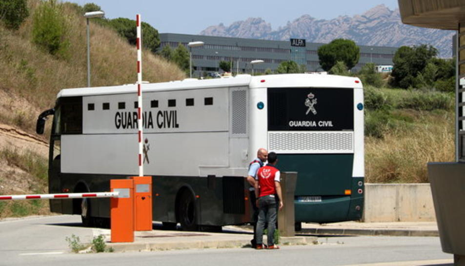 Pla general de l'autobús de la Guàrdia Civil amb els polítics presos entrant al recinte de Brians 2.