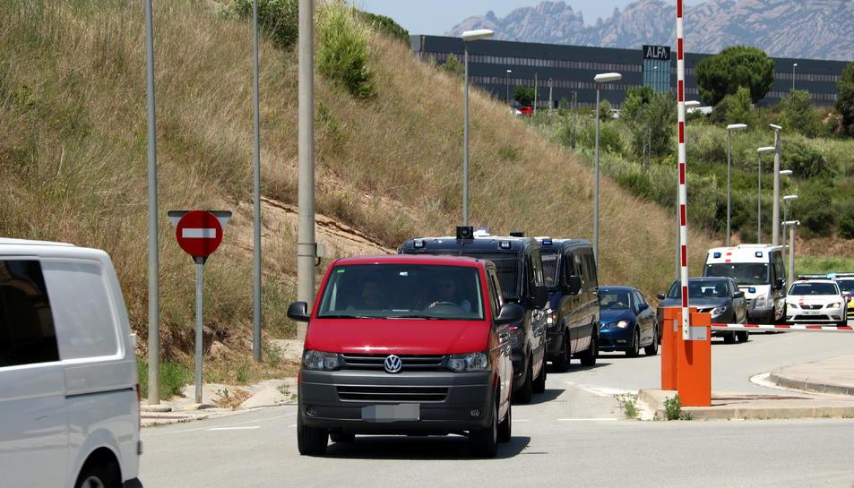 La furgoneta vermella que porta alguns polítics presos de la presó de Brians 2 a la de Lledoners, escortada per vehicles dels Mossos.