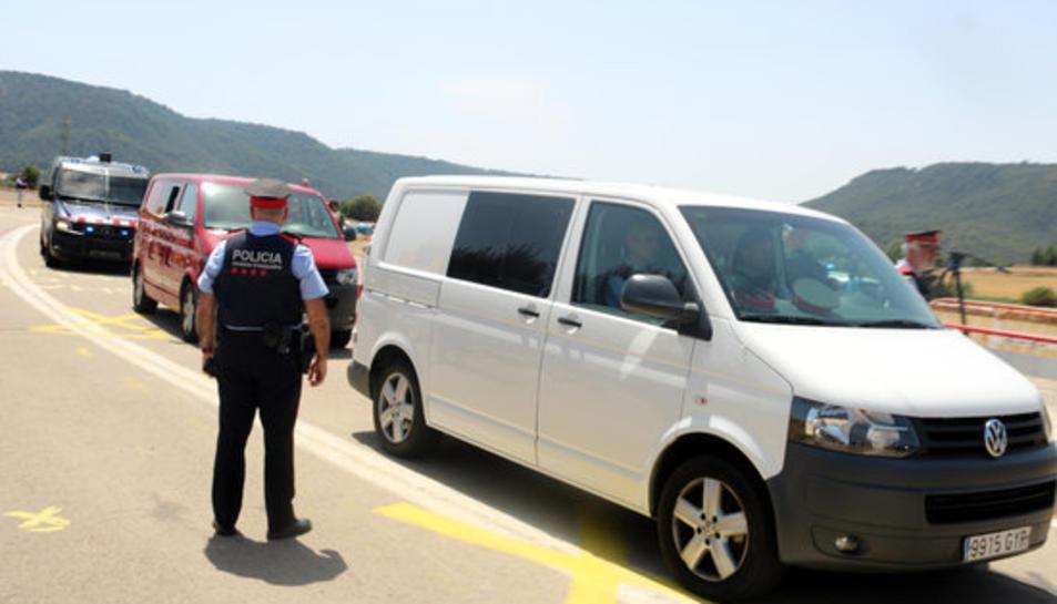 Les dues furgonetes on viatgen els set presos independentistes arriben a Lledoners custodiats pels Mossos d'Esquadra.