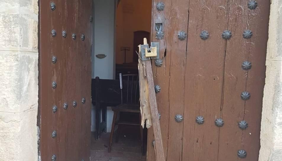 La porta de l'ermita de Sant Miquel, rebentada.