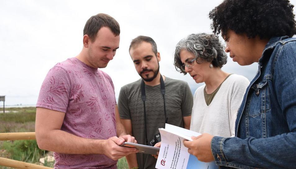 Aitor Àvila, Joan Jurado, Yolanda Pérez i Amalia Palacios, durant una visita de treball de camp al Delta de l'Ebre
