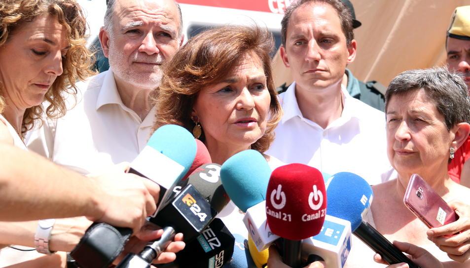 Primer pla de la vicepresidenta del govern espanyol, Carmen Calvo, atenent els mitjans de comunicació al centre de comandament del l'incendi, a Vinebre.