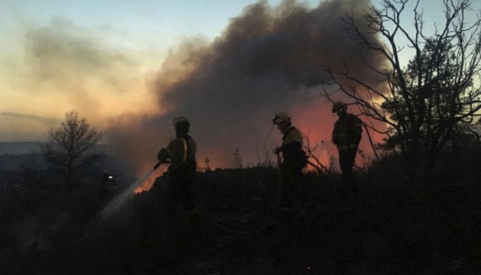 Imatge d'efectius dels Bombers treballant en el foc forestal de la Ribera d'Ebre.