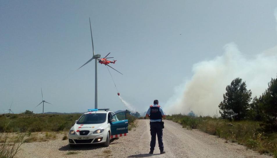 Els Mossos també treballen en l'incendi a la Fatarella.