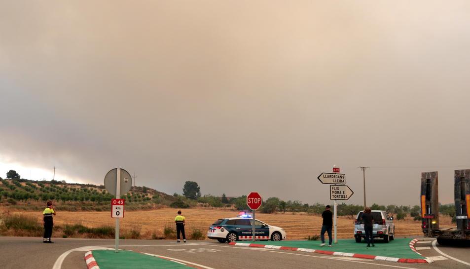 Imatges del fum que es pot veure des de Maials provinent de l'incendi que crema a la Ribera d'Ebre.