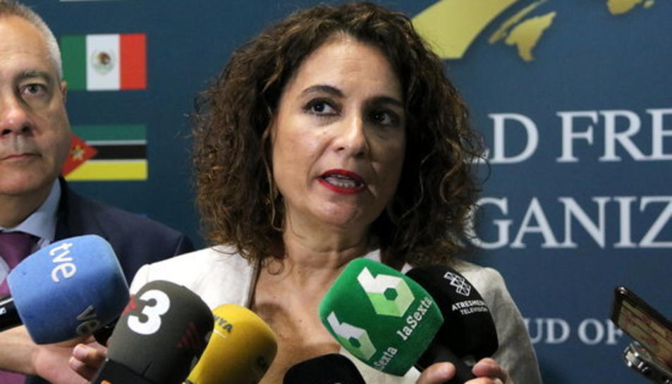 La ministra d'Hisenda en funcions, María Jesús Montero, en una atenció als mitjans al Congrés Mundial de Zones Franques a Fira de Barcelona, el 27 de juny.