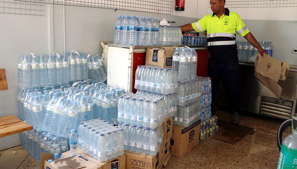 Palets d'ampolles d'aigua que s'amunteguen al costat de les neveres al punt d'avituallament del centre de comandament de Vinebre.