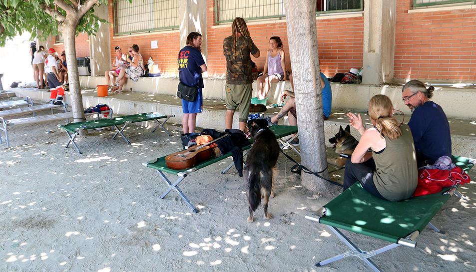 Diverses persones desallotjades, al pati de l'escola de Flix.
