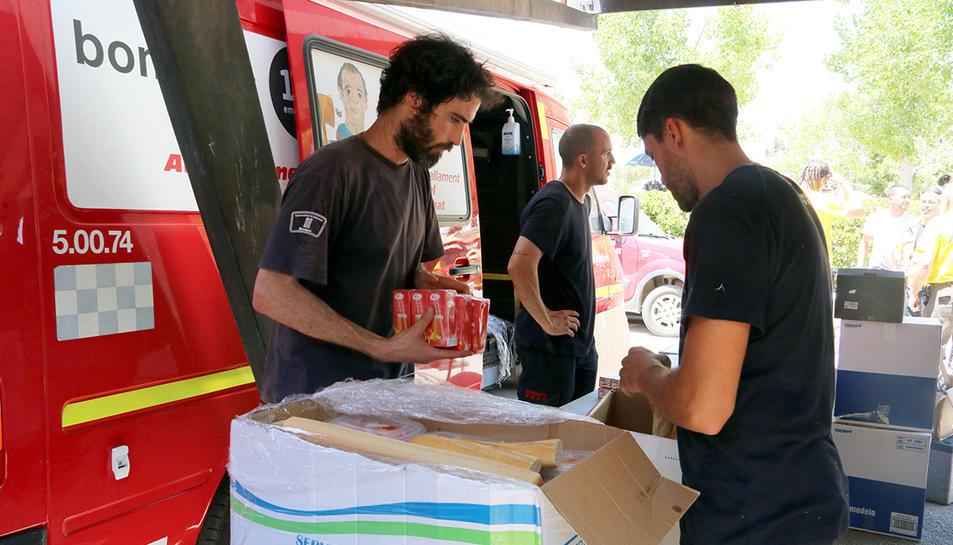 Un grup de Bombers en la zona d'avituallament del Centre de Comandament de l'incendi de la Ribera d'Ebre.