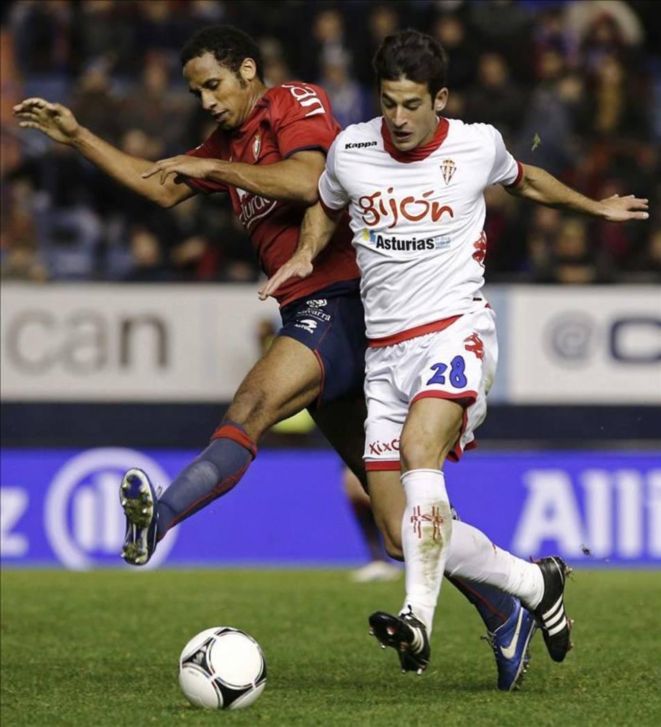 El davanter, jugant un partit amb la samarreta de l'Osasuna.