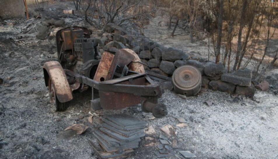 Pla detall d'una màquina agrícola cremada en una de les finques ubicada entre els termes municipals de Flix i Bovera.