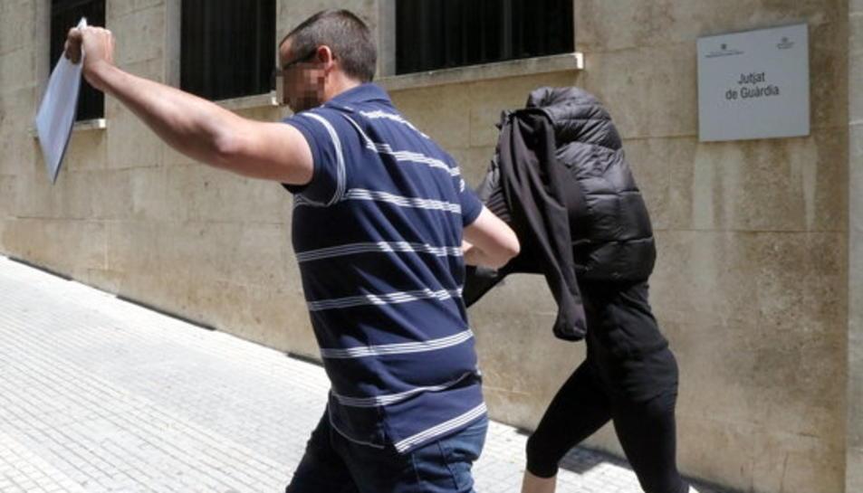 Imatge d'arxiu de l'exmonitora de la llar d'infants del Morell detinguda per presumptes maltractaments, sortint del jutjat de guàrdia de Tarragona.